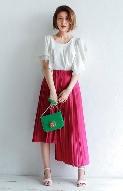 プリーツとアシンメトリーヘムでスタイリッシュに仕上げた、デザインスカート。